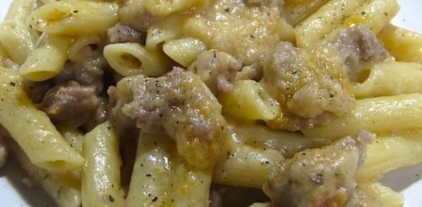 Ricetta pasta con la salsiccia in bianco